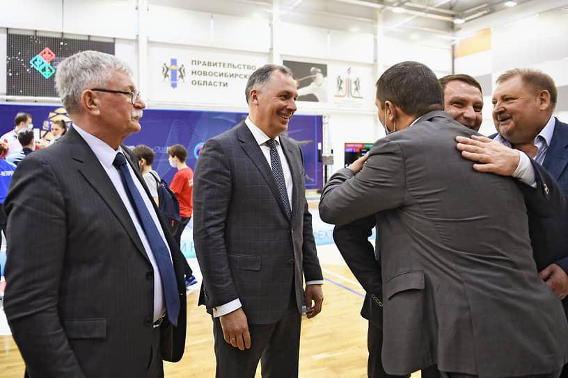 Президент Олимпийского комитета России Станислав Поздняков (в центре) и вице-президент Федерации фехтования России Александр Павлов (слева) во время соревнований