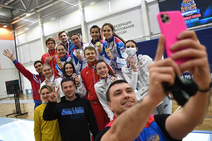 Софья Великая (верхий ряд, вторая слева) и члены мужской и женской команды «Москва-1» во время церемонии награждения