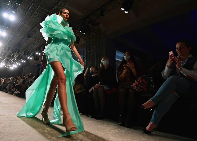Модель во время показа коллекции бренда ALENA NEGA дизайнера Алены Неги