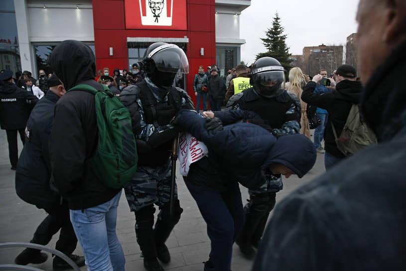 Несколько человек задержали на несанкционированной акции в поддержку Алексея Навального на Центральной площади в Ижевске