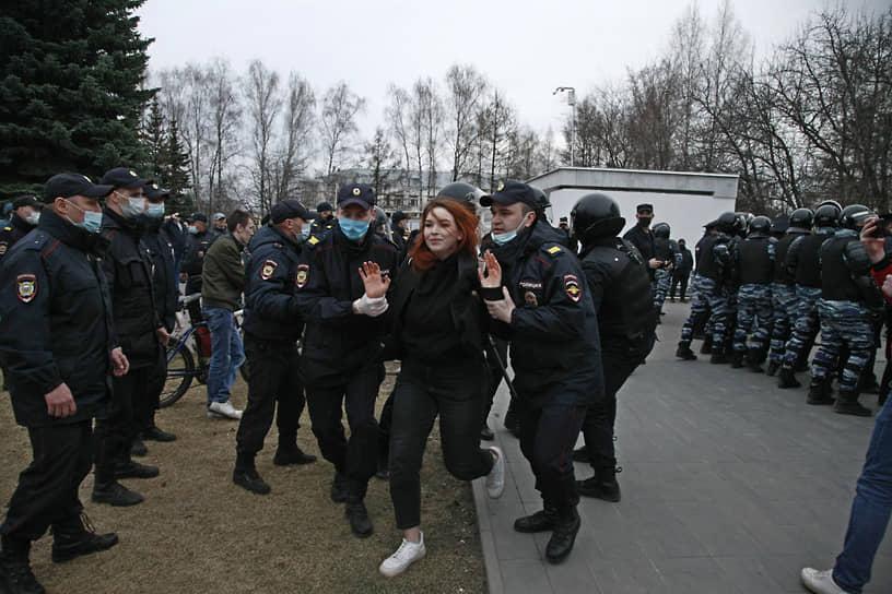 Задержание протестующей на акции в поддержку Алексея Навального в Ижевске