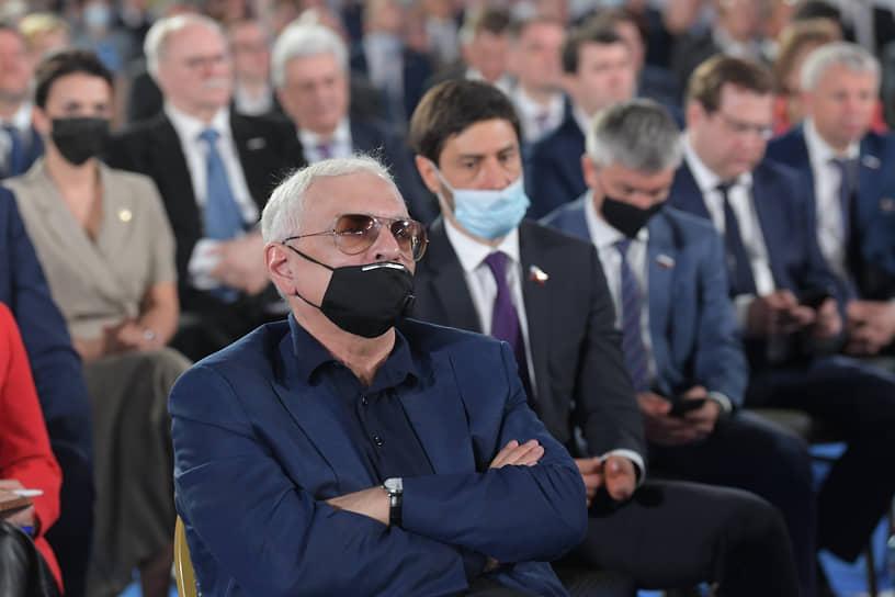 Кинорежиссер, директор киноконцерна «Мосфильм» Карен Шахназаров (на переднем плане)