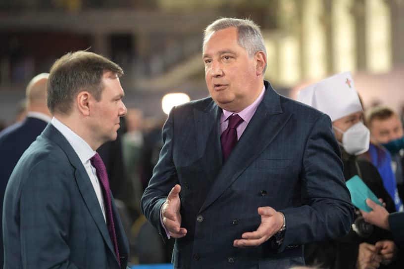 Глава «Роскосмоса» Дмитрий Рогозин (справа)