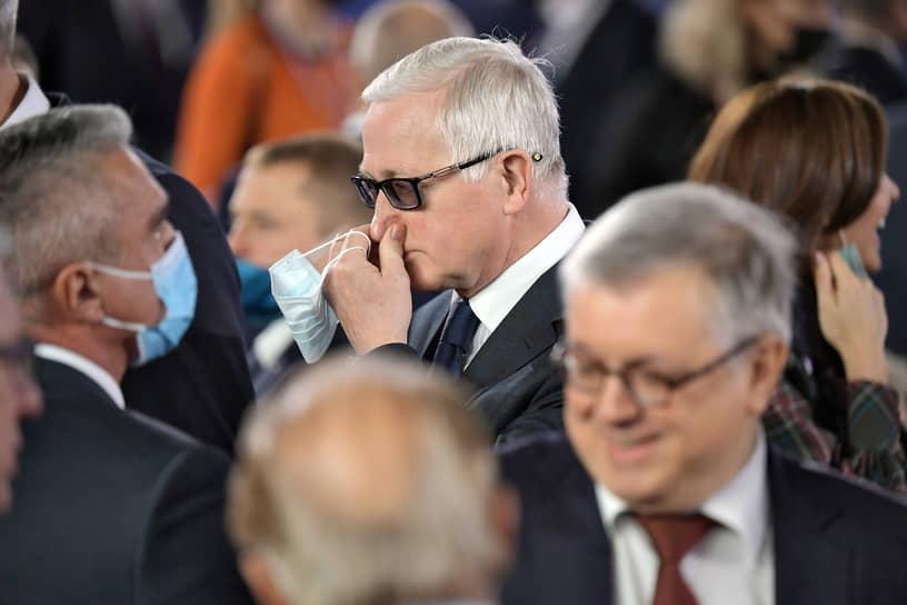 Глава Российского союза промышленников и предпринимателей Александр Шохин (на заднем плане в центре)