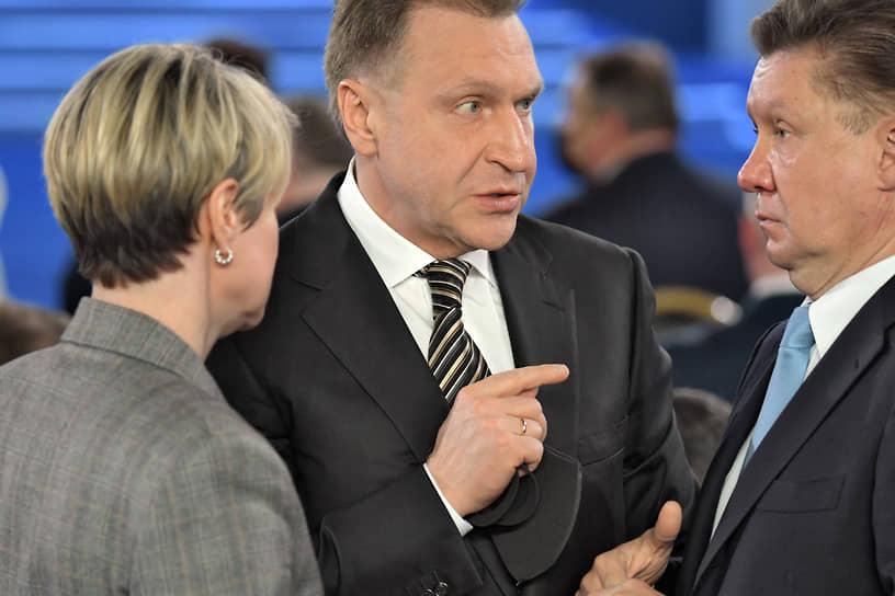 Глава госкорпорации развития ВЭБ.РФ Игорь Шувалов (в центре) и председатель правления «Газпрома» Алексей Миллер
