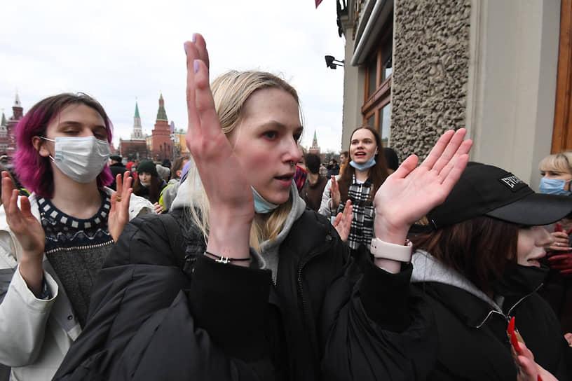 Митингующие в районе Манежной площади в Москве
