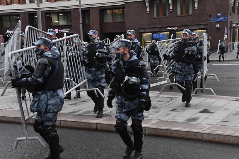 Сотрудники Росгвардии во время перекрытия улицы Охотный ряд в Москве