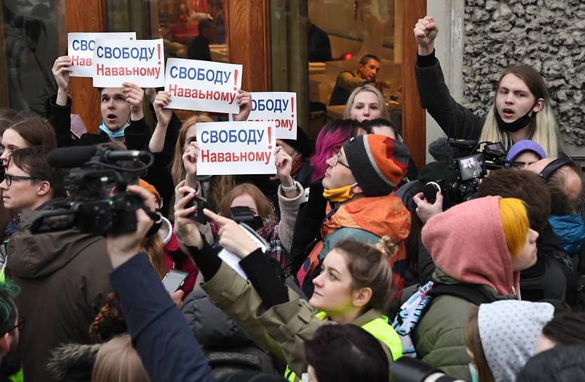 В Москве из громкоговорителей звучали призывы полицейских разойтись: «Будьте внимательны, не участвуйте в правонарушениях. Внимание! Ваша акция не согласована. Просим оказать содействие в обеспечении правопорядка и покинуть мероприятие!» В ответ собравшиеся скандировали: «Свободу!»
