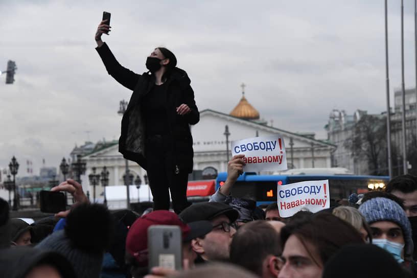 Участники во время акции в районе Манежной площади в Москве