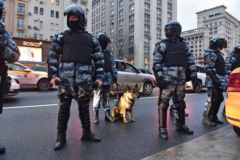 Полицейские во время митинга в поддержку Алексея Навального в Москве
