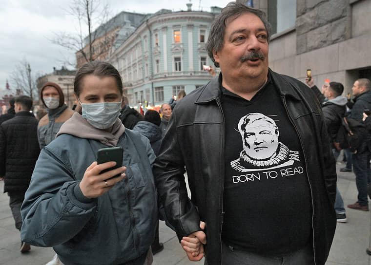 Писатель Дмитрий Быков (справа) во время акции в Москве