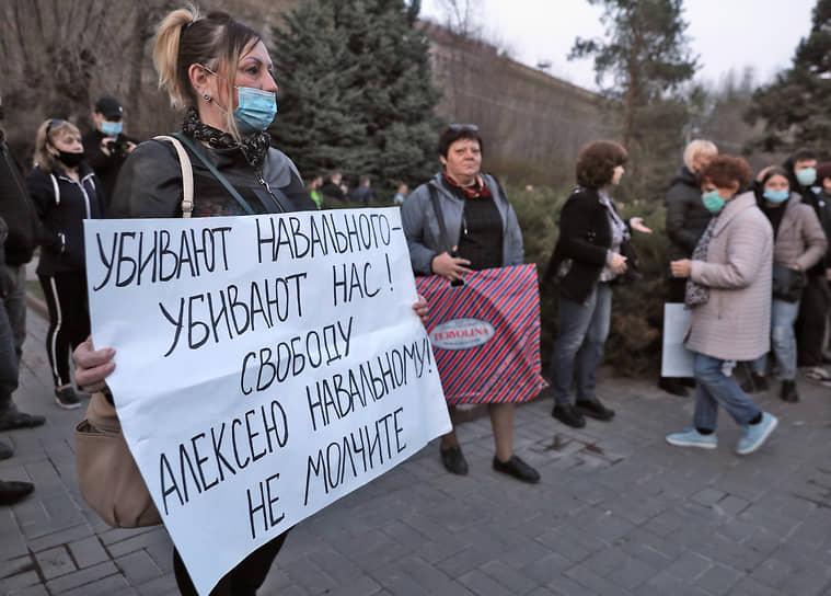 Акция в поддержку оппозиционера Алексея Навального в Волгограде прошла на площади Павших Борцов