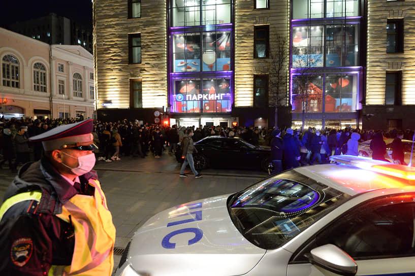 В Москве ДПС перекрывает от машин пешеходные переходы, чтобы люди прошли