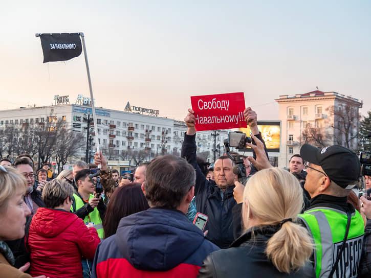 Акция в Хабаровске началась с задержкой на полчаса и поначалу напоминала ток-шоу, в котором пожилые люди рассказывали о тяжелой жизни края сотрудникам полиции