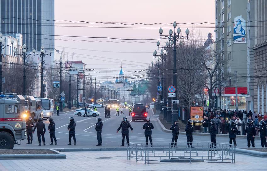 Весь периметр главной площади города был заставлен машинами силовиков, автозаками