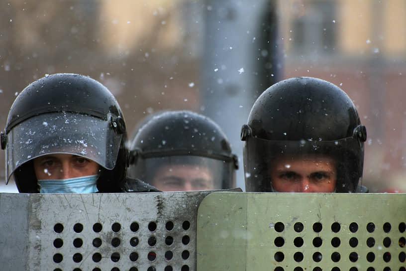 Полицейские выставляют заграждение во время акции в Барнауле