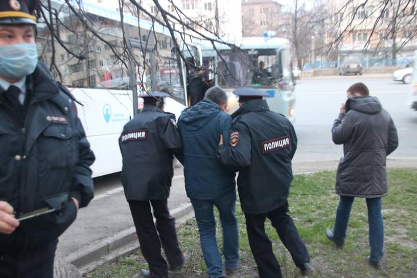 Задержание участника акции в поддержку Алексея Навального в Уфе
