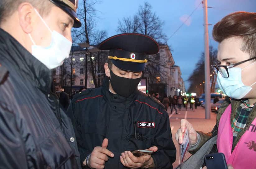 Сотрудники полиции проверяют документы у участника акции в поддержку Алексея Навального в Уфе
