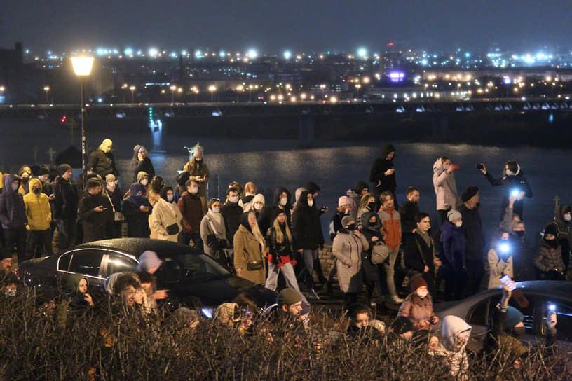 На площади перед концертным залом «Юпитер» в Нижнем Новгороде на акцию в поддержку Алексея Навального собралось около 1 тыс. человек
