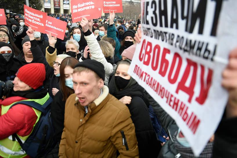 Митинг в поддержку Алексея Навального на площади Ленина в Новосибирске собрал, по разным данным, от 800 до 3 тыс. человек