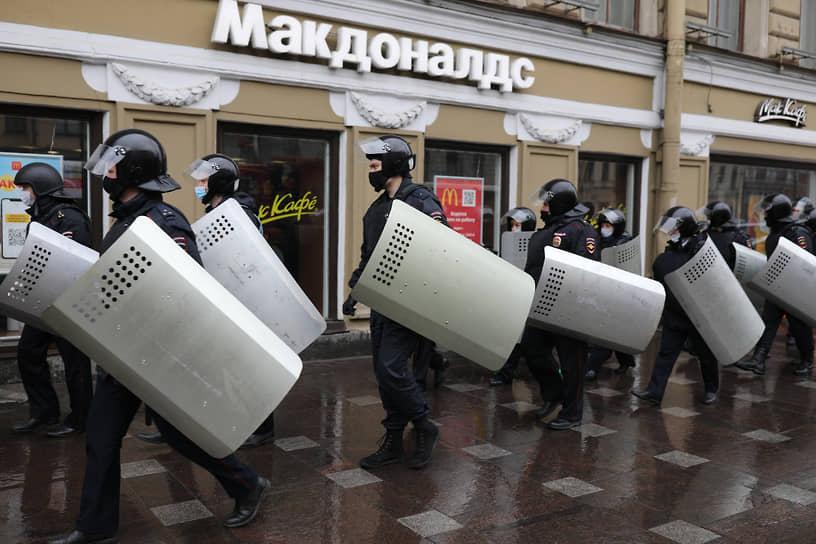 Сотрудники полиции со щитами во время акции в Санкт-Петербурге