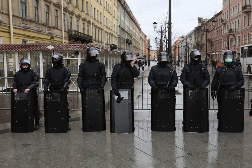 В Санкт-Петербурге сотрудники полиции и Росгвардии заранее перекрыли автобусами и специальной техникой Дворцовую площадь, где было анонсировано проведение митинга