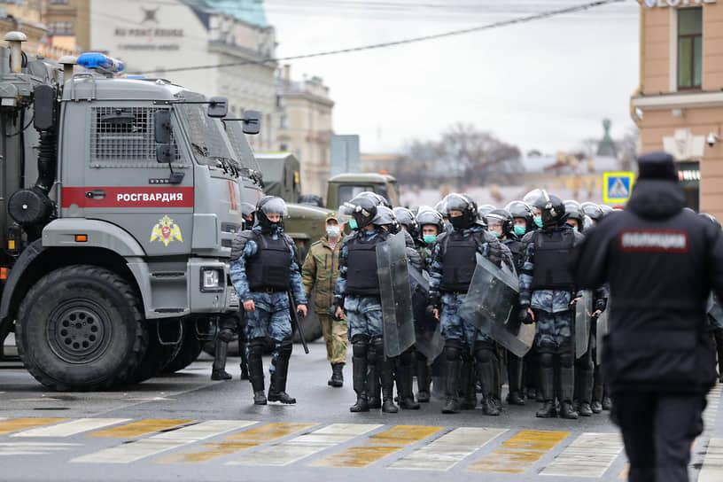 Около восьми часов вечера в Санкт-Петербурге начались задержания участников акции