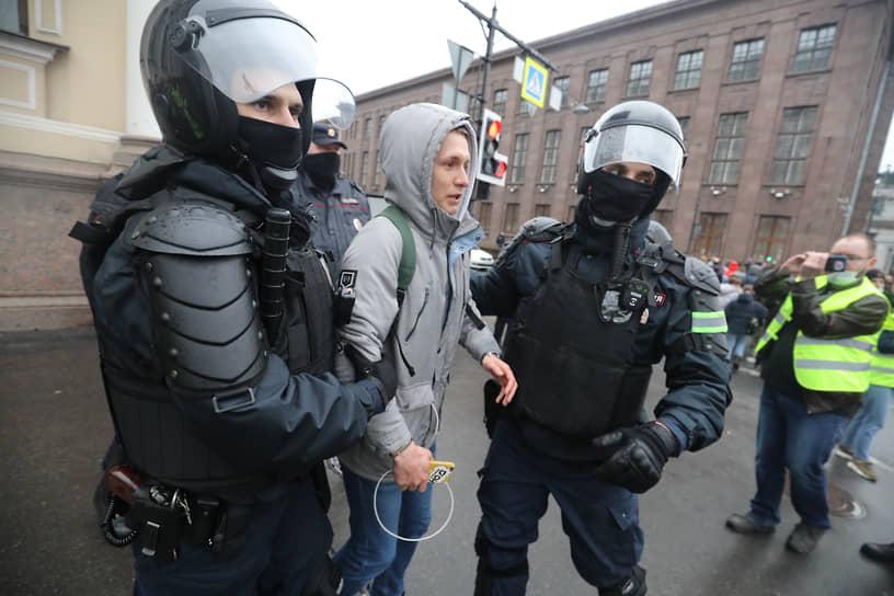 Задержание участника акции в поддержку Алексея Навального в Санкт-Петербурге