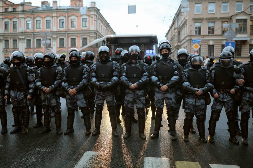 Сотрудники полиции во время перекрытия улиц