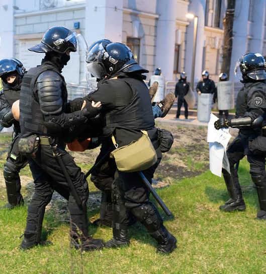 Задержание участника акции в поддержку Алексея Навального в Воронеже