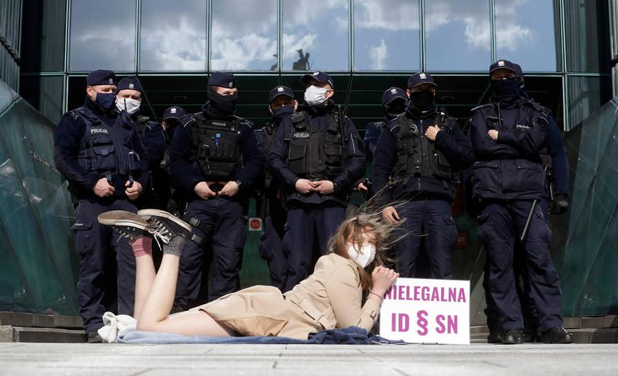 Варшава, Польша. Акция протеста у здания Верховного суда