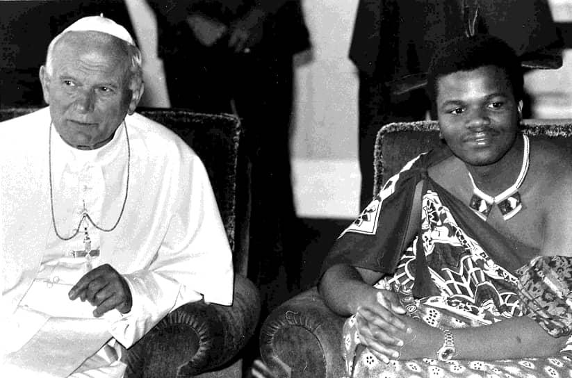 В день коронации получил титулы «Льва», «Быка», «Таинственного», «Хранителя щита», «Дитя нации». Как глава государства занял пост главнокомандующего Силами обороны Свазиленда<br> На фото: с папой римским Иоанном Павлом II, 1988 год