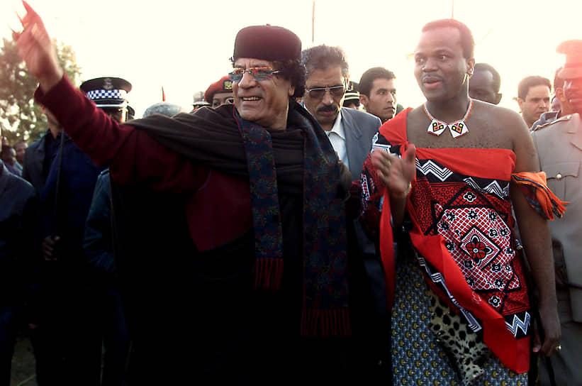 Антиправительственные выступления с требованием демократизации страны и легализации политических партий в Свазиленде не прекращаются до сих пор<br> На фото: с лидером Ливии Муаммаром Каддафи, 2002 год