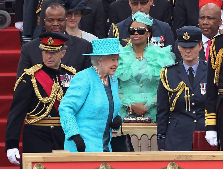 О детях Мсвати III известно мало, их более двух десятков. Образование наследники получают преимущественно в Англии. За их школьными успехами наблюдает специально уполномоченный на это придворный, для которого в Лондоне был куплен дом £5 млн<br> На фото: с королевой Елизаветой II