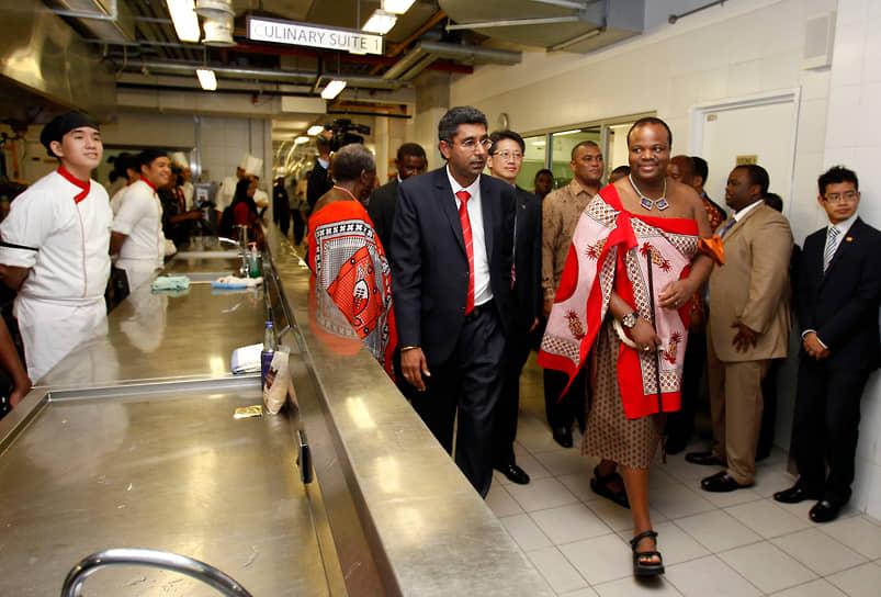 В зарубежные поездки король часто отправляется в традиционной одежде<br> На фото: Мсвати III во время визита в Малайзию, 2013 год