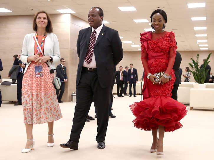 В 2019 году Мсвати III приехал с одной из своих жен (справа) на саммит Россия-Африка в Сочи