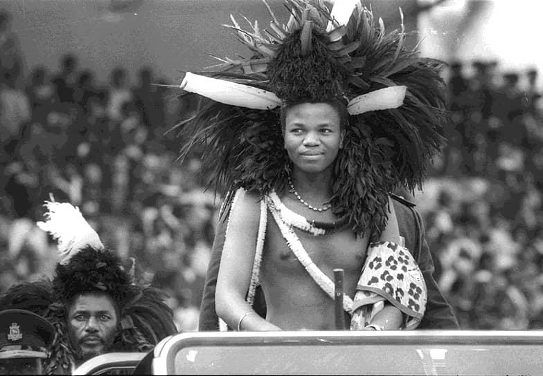 Мсвати III родился 19 апреля 1968 года в городе Манзини (Свазиленд) в семье короля Собхузы II. При рождении он получил имя Махосетиве, что означает «король наций». Учился в частной школе в Великобритании. 25 апреля 1986 года 18-летний юноша был коронован на престол под именем Мсвати III, став на тот момент самым молодым из действующих монархов