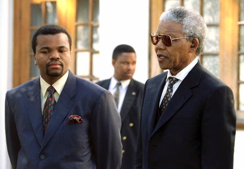 В плане экономики страна тесно связана с ЮАР, многие местные жители работают или торгуют в ЮАР. Главные экспортные товары — сахар и концентраты сока<br> На фото: с президентом ЮАР Нельсоном Манделой, 1995 год