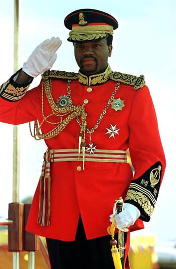 В начале 1990-х годов в Свазиленде развернулось гражданское движение за проведение демократических реформ, проходили антиправительственные выступления и забастовки, зачастую заканчивавшиеся столкновениями с полицией. Аресты манифестантов не остановили рост недовольства, которое захватило даже представителей родоплеменной знати