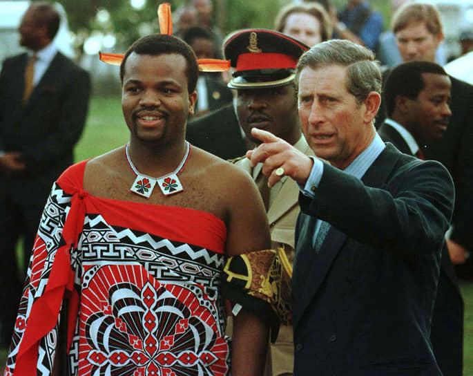 Оппозиционные группировки бойкотировали выборы, требуя легализации деятельности партий. Король отверг требование многопартийности как не соответствующее «традициям народа свази», однако был вынужден пойти на частичные уступки, создав в 1996 году комиссию по пересмотру конституции<br> На фото: с принцем Уэльским Чарльзом, 1997 год