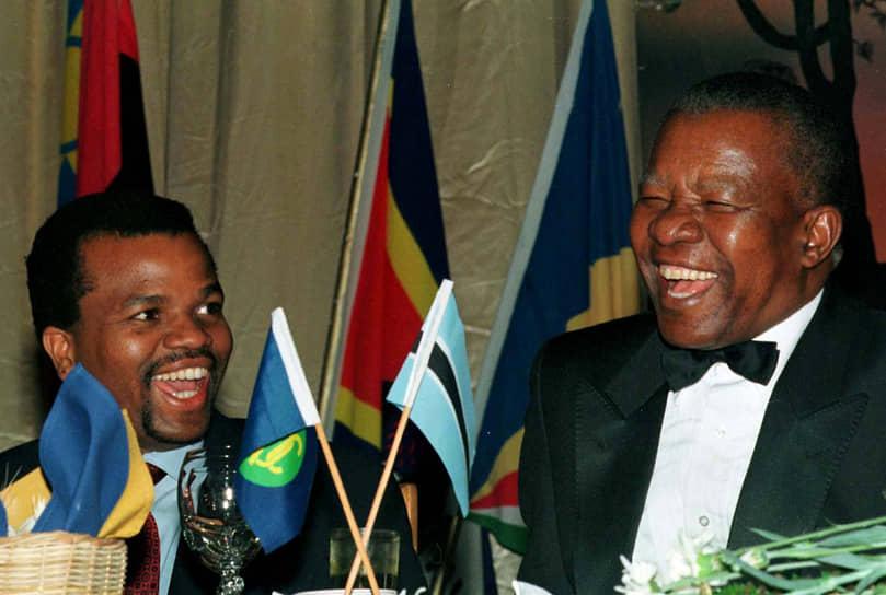 В 2006 году Мсвати III подписал новую конституцию. Король Свазиленда обладает практически всей полнотой исполнительной, законодательной и судебной власти. Имеет право распускать парламент, назначать премьер-министра. Конституция провозглашает свободу собраний, однако не содержит никаких положений о политических партиях. Фактически их деятельность остается нелегальной<br> На фото: с президентом Ботсваны Кетумиле Масире