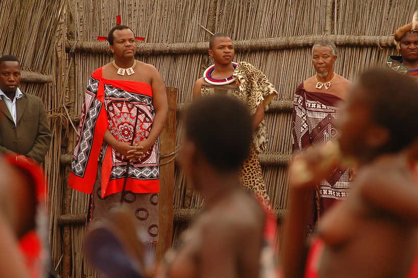 Мсвати III также придерживается полигамии. В настоящее время у короля 15 жен. Две первые — ритуальные, назначаемые старейшинами в соответствии с традициями из определенных кланов. Остальные жены, выбраны лично Мсвати III