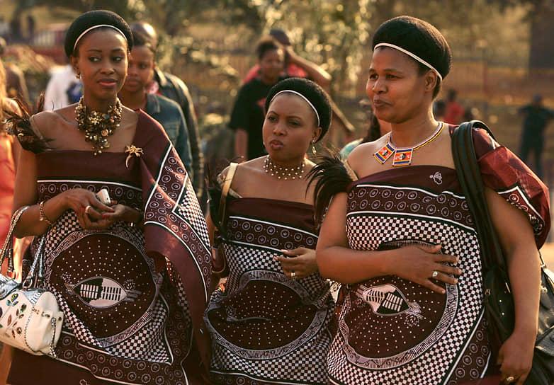 Все королевские жены имеют титул инхосикати (примерно соответствует королеве). Большинство дам с высшим образованием, полученным в университете в соседней ЮАР