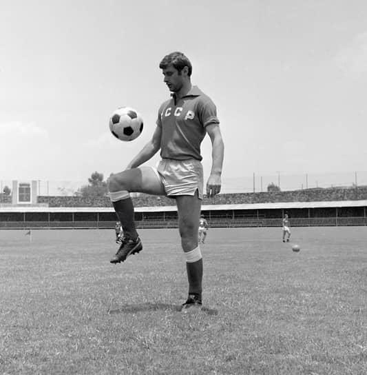 За сборную СССР провел 39 матчей, в которых забил 15 мячей. В составе национальной команды занял четвертое место на чемпионате Европы 1968 года. Выступал на чемпионате мира 1970 года, где стал самым результативным игроком советской сборной
