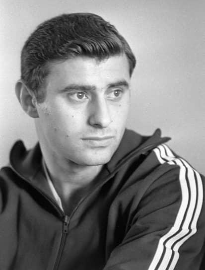 Анатолий Бышовец родился 23 апреля 1946 года в Киеве. В детстве занимался баскетболом, волейболом, боксом и плаванием, но сделал выбор в пользу футбола. Был воспитанником киевской футбольной школы «Юный динамовец»