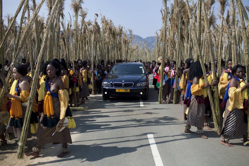 В 2004 году король Мсвати приобрел Maybach 62 за $500 тыс., а также десять BMW седьмой серии для себя и некоторых жен. На критические замечания о том, что страна живет в нищете, Мсвати III просто запретил фотографировать свой автопарк