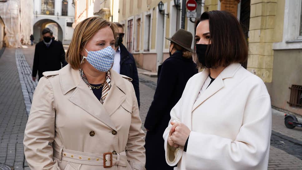 Американский дипломат Джули Фишер (слева) и лидер белорусской оппозиции Светлана Тихановская во время встречи в Вильнюсе в апреле