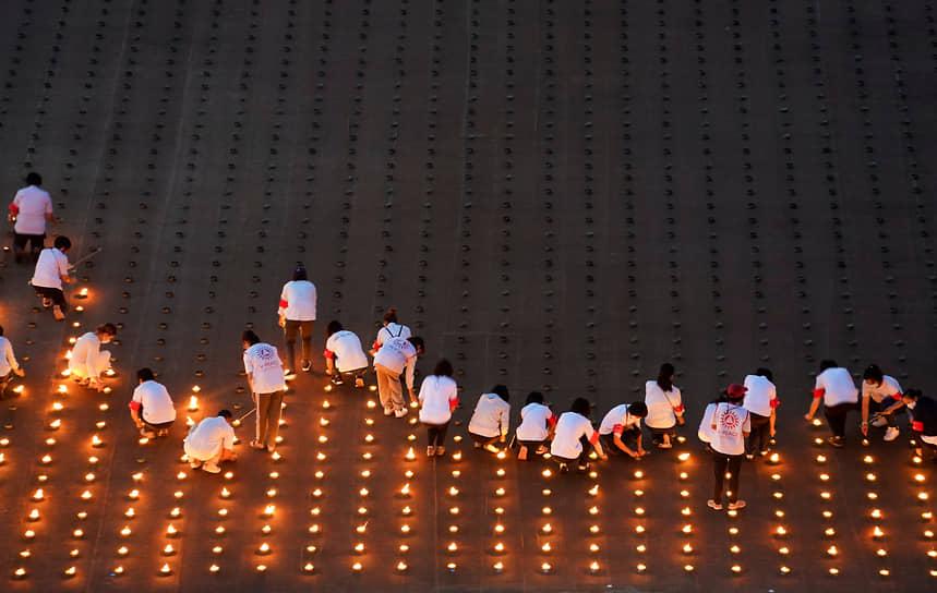 Патхумтхани, Таиланд. Люди зажигают 330 тыс. свечей, чтобы установить рекорд Гиннесса