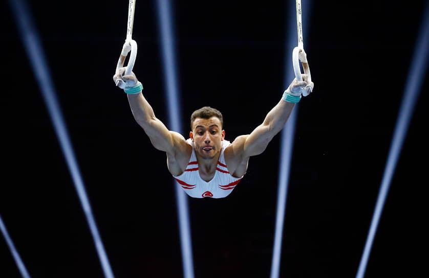 Базель, Швейцария. Турецкий спортсмен во время выступления на чемпионате Европы по спортивной гимнастике