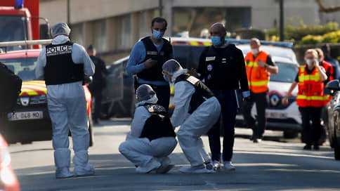 Террорист застрял в дверях  / Во французском Рамбуйе убита сотрудница полиции